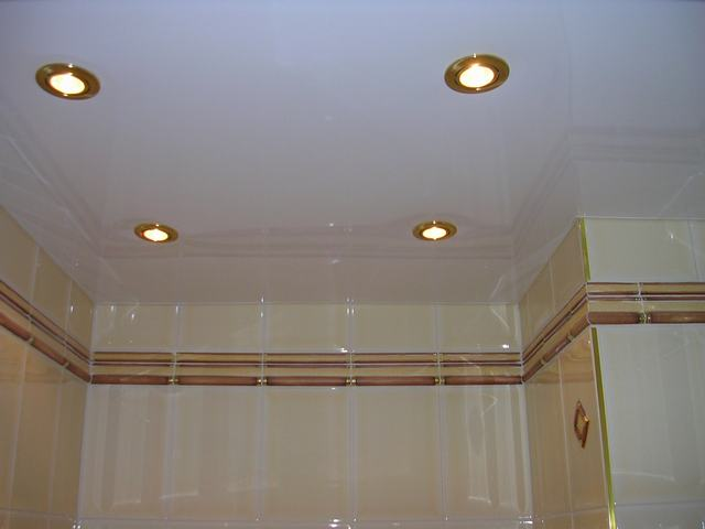 Потолок ванной комнаты – натяжная конструкция