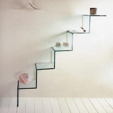 «Многоэтажные» или ступенчатые полки зрительно увеличат высоту комнаты, экономя при этом легкодоступные места