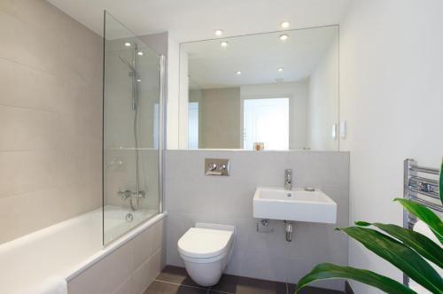 Светлая ванная с большим зеркалом