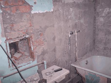 Туалет и ванная комната после демонтажа стены
