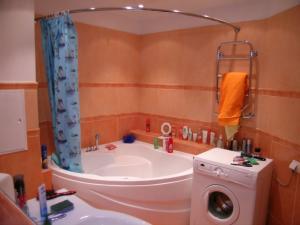 Угловая ванна в интерьере оранжевого цвета