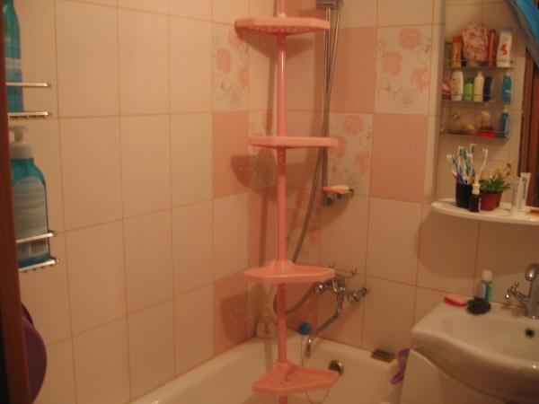 Возможна установка угловой полки прямо на ванну без капитального крепления
