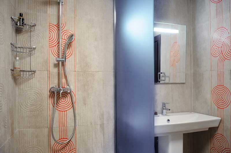В ванную перегородка раздвижного типа из матового стекла