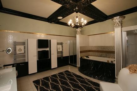 Черно-белая мраморная ванна в аналогичном интерьере
