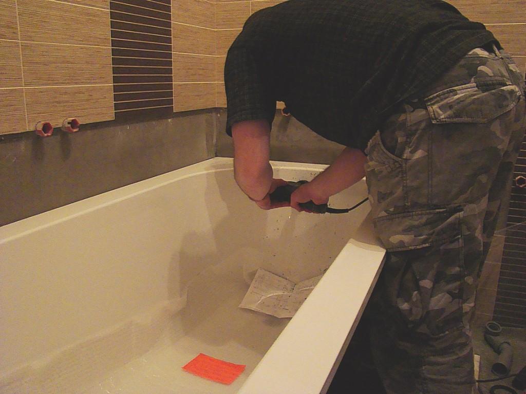 Создание отверстие для перелива воды в квариловой ванне