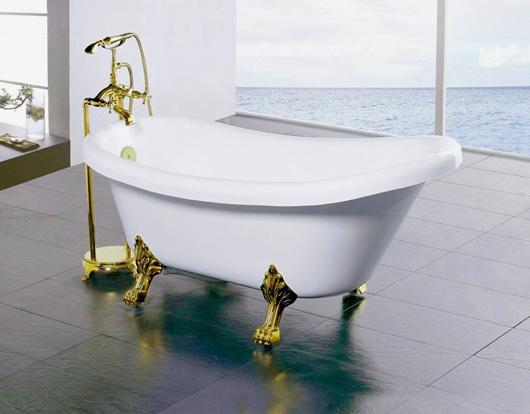 Позолоченный смеситель для отдельно стоящей ванны, подобранный под цвет ее ножек