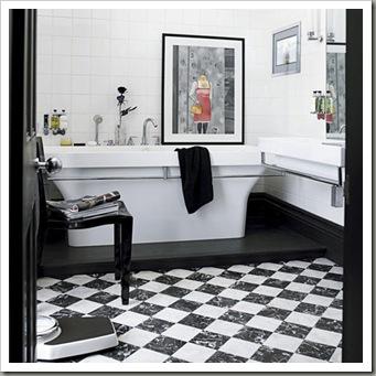 Шахматный пол в черной ванной