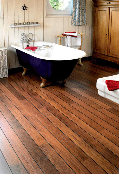 Деревянный пол привнесет в ванную комнату английскую добротность и основательность