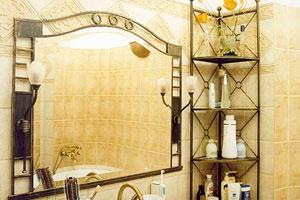 Пример установленного зеркала в ванной комнате
