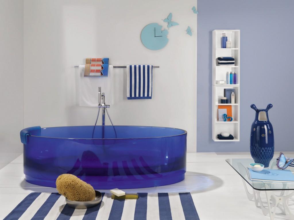 Прозрачная стеклянная ванна с синим оттенком