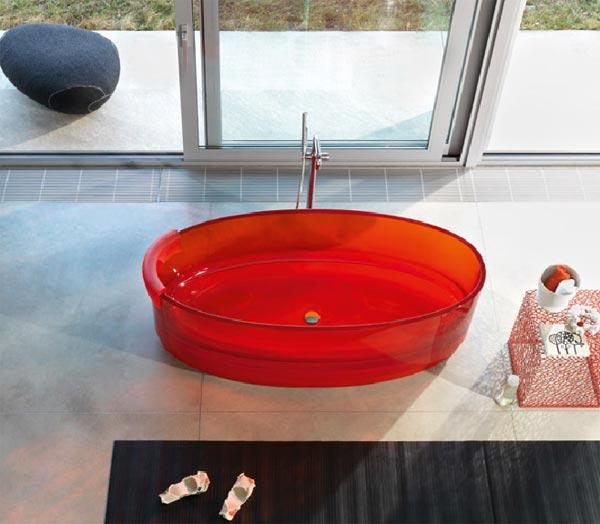 Дизайнерская ванна из гнутого красного стекла от архитектора Майкла Грейвса