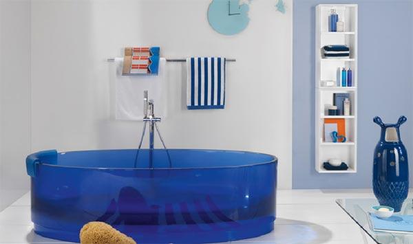 Ванна из синего стекла