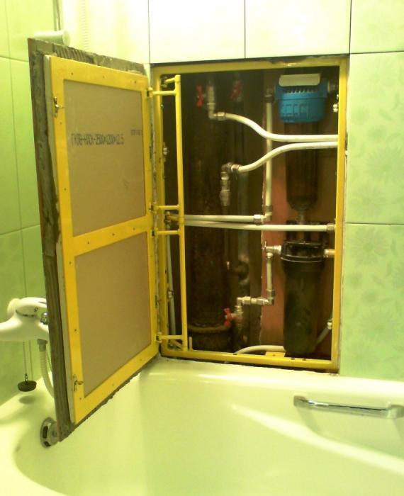 вариант, когда из-за ванны целесообразно устанавливать не разборную конструкцию, а с ревизионным люком