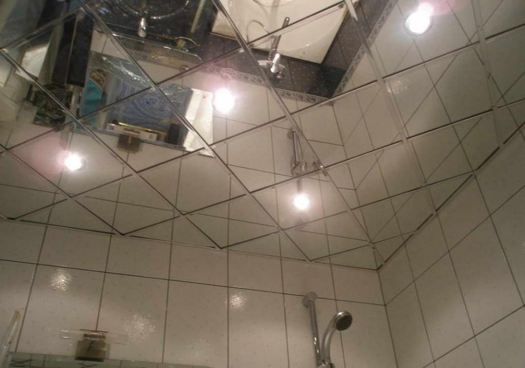 Зеркальная плитка на потолке создает ощущение высокой потолочной зоны и является дополнительным источником света