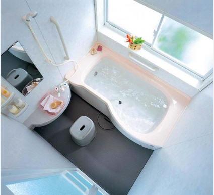 Оформление маленькой ванной в голубых тонах