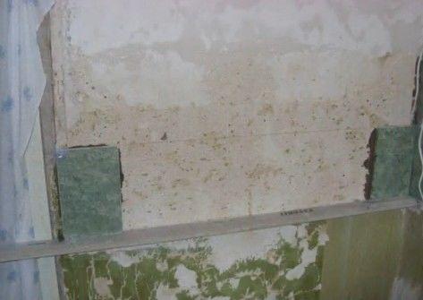 Установка первого ряда плитки при частичной отделке стен