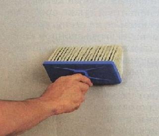 Обработка стен с помощью грунтовки