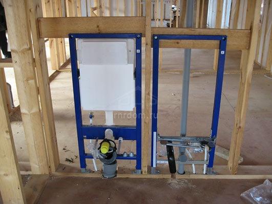 Монтаж силового каркаса для сантехники в деревянном доме