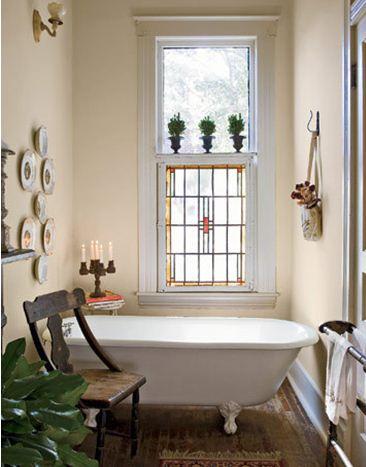 Старое кресло в интерьере ванной