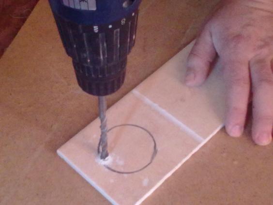 Как просверлить кафельную плитку: чем правильно сверлить отверстия в кафеле