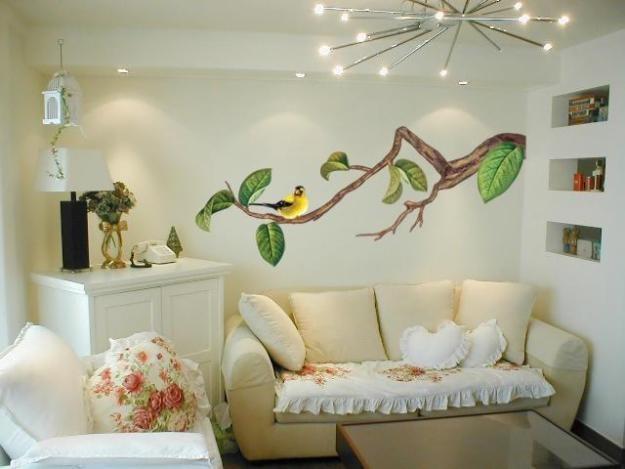 Пример декорации стены наклейкой в виде птицы на ветке в гостиной комнате