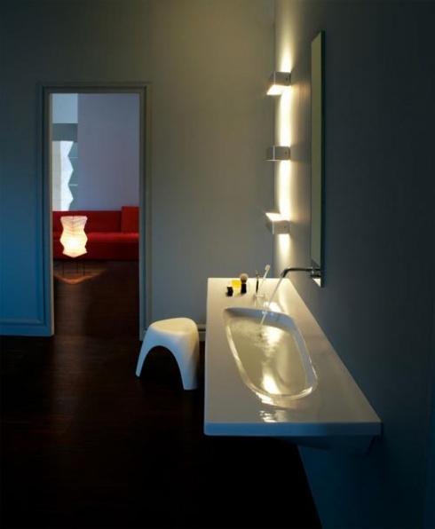 Всего несколько дополнительных светильников над зеркалом превратят обычную ванную в светлое олицетворение стиля и комфорта