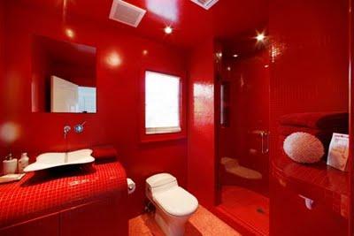 На мой взгляд, не очень удачное решение. Красная ванная слишком яркая, не хватает хотя бы одного цвета, чтобы достичь баланса и визуально увеличить пространство
