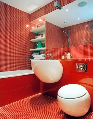 Ванна красная + компактный умывальник и унитаз – оптимальное решение для малогабаритных ванных комнат