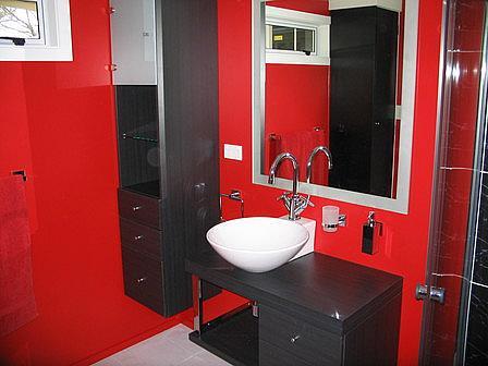 Изысканность и строгость – ванная комната черно-красная