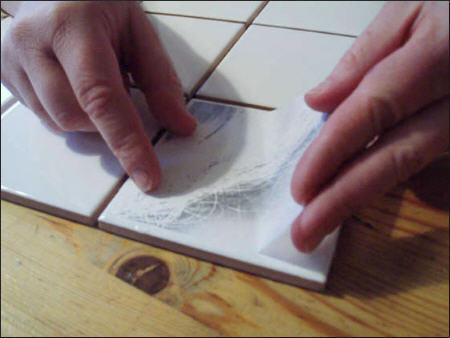 Процесс наклейки элемента декора