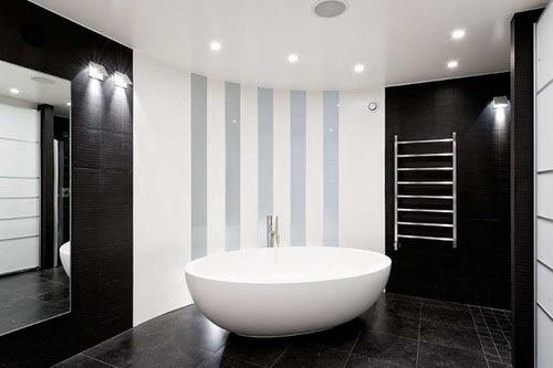 Четкое выделение границы ванной, также с раковиной и душевой кабиной