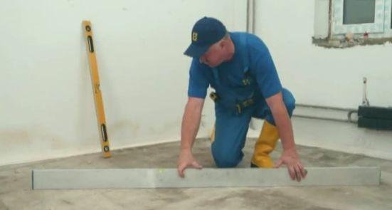 Подготовка поверхности – осуществление замеров с помощью уровня