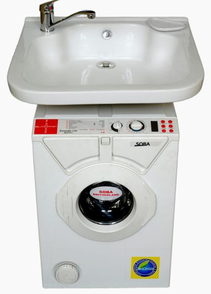 Раковина над стиральной машиной удачно вписывается в интерьер малогабаритного помещения.