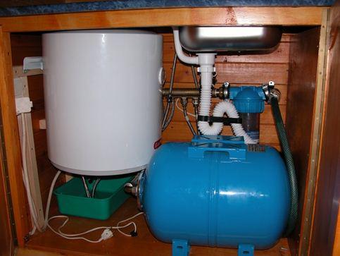 Впрочем, широкая тумба на фото вместила 50-литровый нагреватель и гидроаккумулятор.
