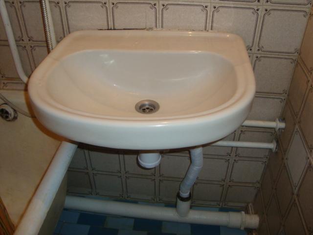 Впрочем, в советском строительстве проблема решалась на раз: смеситель монтировался не над умывальником, а сбоку, над ванной. Длинный гусак компенсировал смещение.