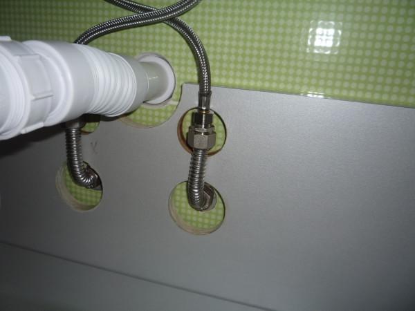 На фото - подключение к водопроводу и канализации.