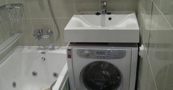 Планировка ванной в старых домах не предусматривает размещения какого-то дополнительного оборудования.