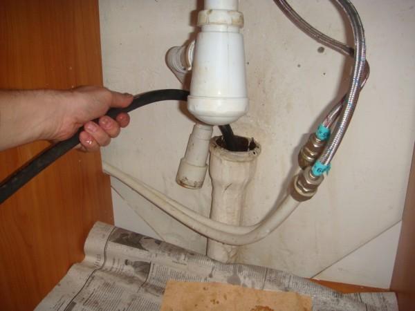 Прочистка засора сантехническим тросом необходима, если у вас старая неразборная канализация.