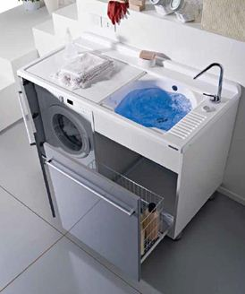 Раковина для стирки часто соседствует с современной стиральной машиной.
