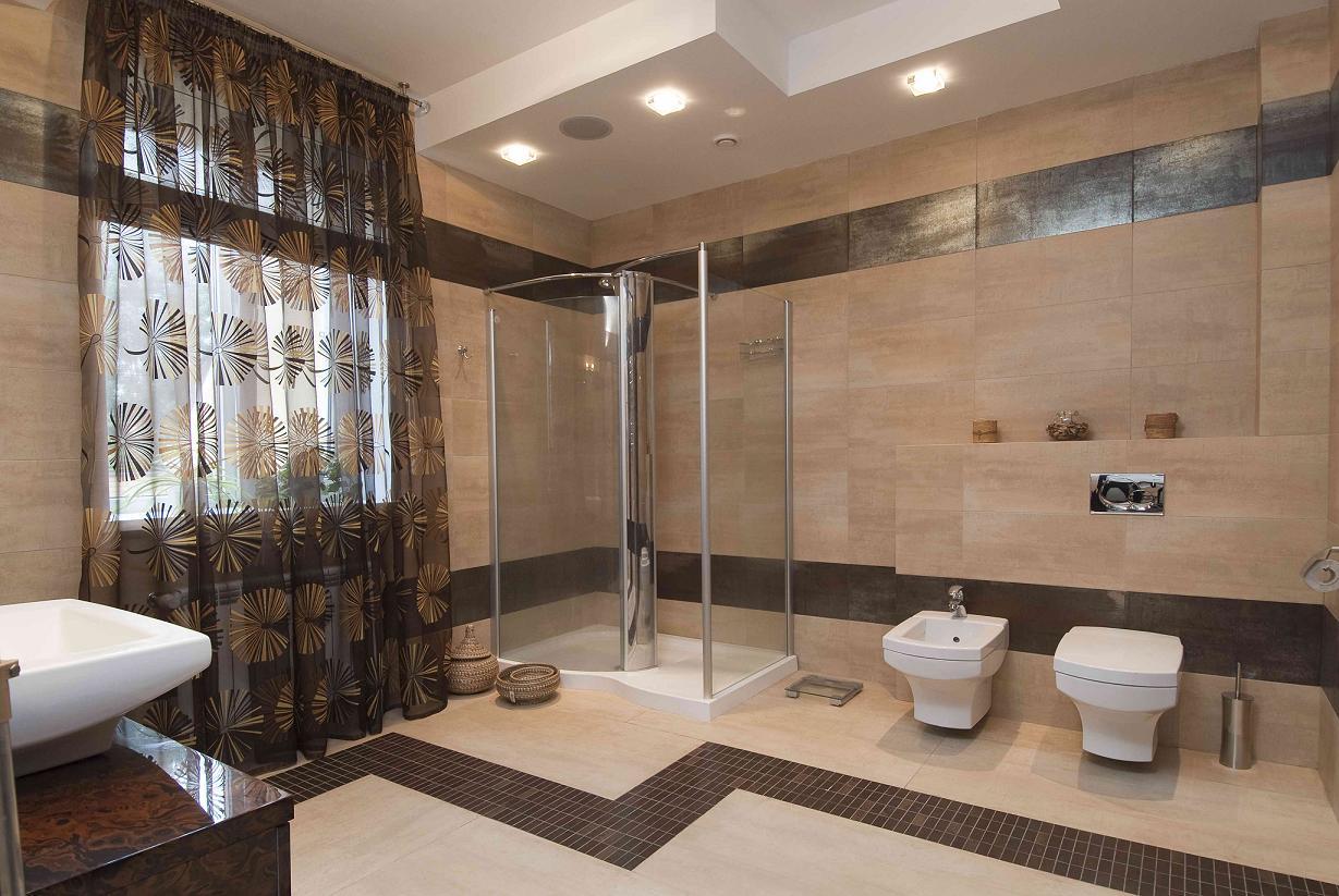 чем дизайн ванной комнаты в доме всей