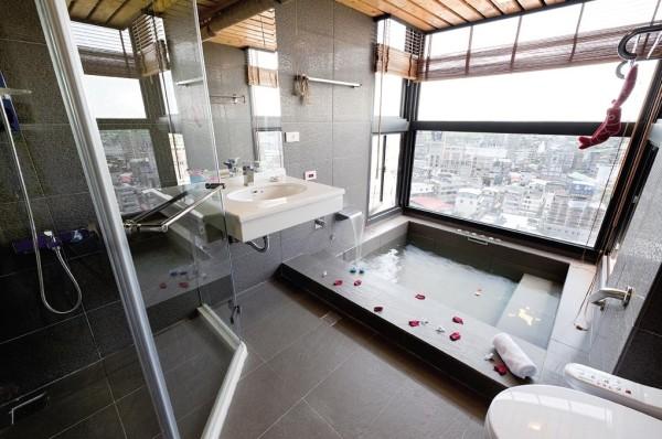 Белая сантехника без проблем впишется в серую ванну