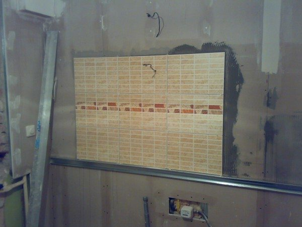 Чем тоньше плитка, тем лучше она будет держаться на стене