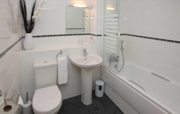 Чтобы выбрать лучший материал для отделки стен в ванной, необходимо изучить сразу несколько вариантов