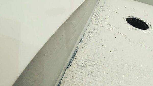 Чтобы выдержать небольшой уклон по краю, рекомендую использовать шаблон, вырезанный из плотного материала