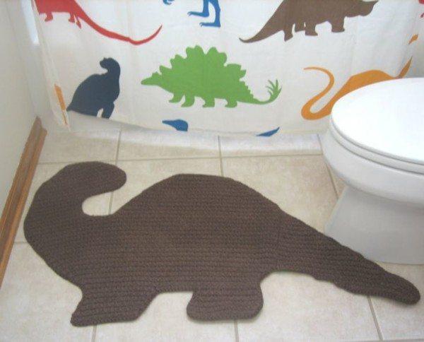 Динозаврик на полу отлично сочетается со своими собратьями на шторке