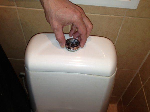 Для демонтажа крышки бачка необходимо выкрутить кольцо