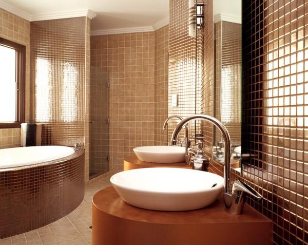 Добавить роскоши поможет золотистая современная плитка в ванную комнату
