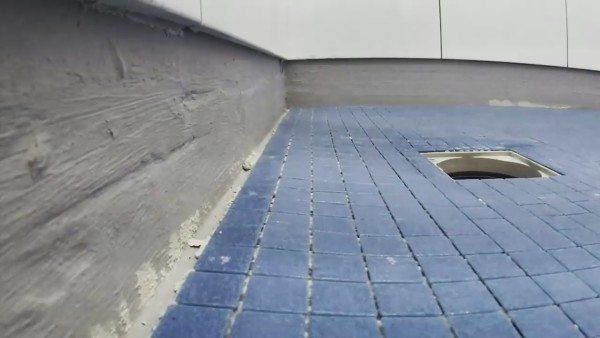 Если применять мозаику вместо керамической плитки, можно добиться более плавного изгиба по краям чаши