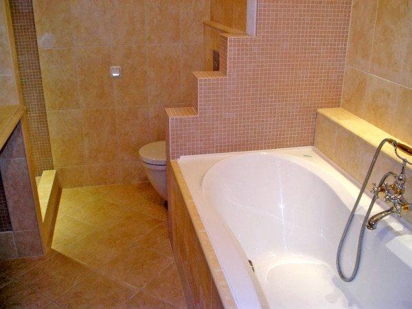 Эта перегородка для ванной делит санузел на помывочную зону и зону туалета