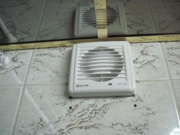 Эта задача решается установкой тихого вытяжного вентилятора в вентканал.